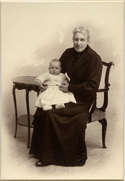 Platinotype print of a lady and child by Yerbury & Son, Churchhill, Edinburgh