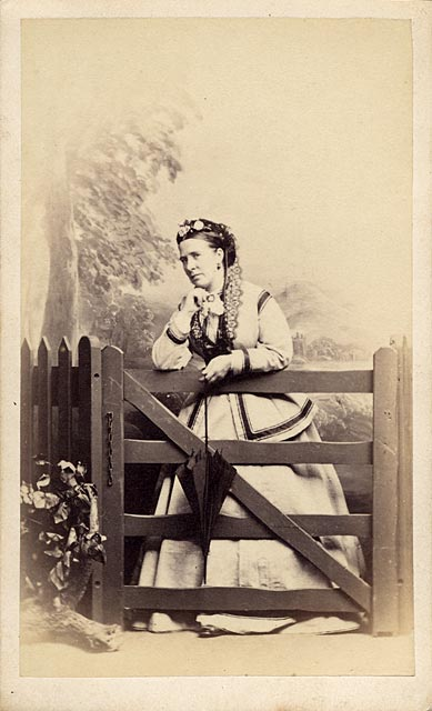 Carte de visite  -  Kyles  -  36 Regent Street  -  Lady and gate