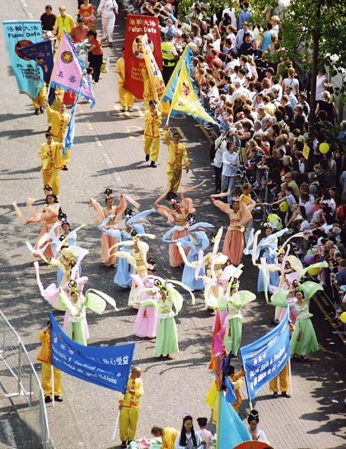Edinburgh Cavalcade 2004  -  Zoom-in to performers representing Falun Dafa crossing Waverley Bridge at the start of the Cavalcade