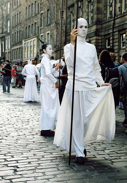 Edinburgh High Street  -  Entertainers in White  -  August 2002