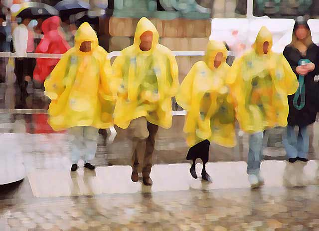 Photograph by Peter Stubbs  -  Edinburgh  -  August 2002  -  Wet afternoon in the Royal Mile