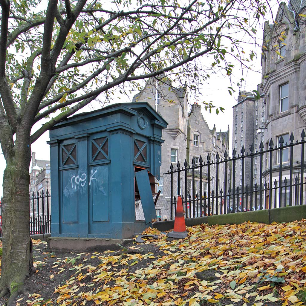 Police Box (now damaged) at the foot of Market Street, at the SE corner of East Princes Street Gardens